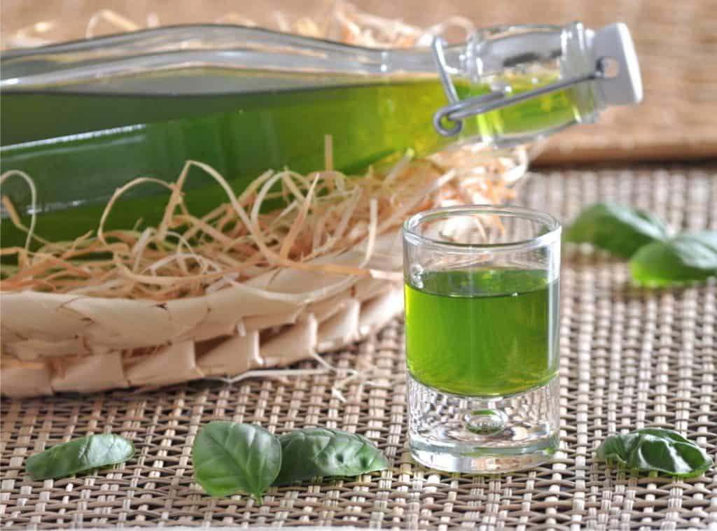 bicchiere di liquore al basilico