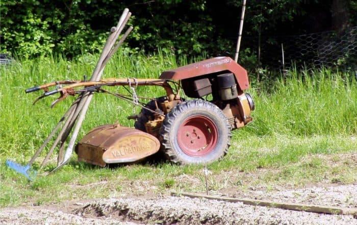 un motocoltivatore con fresa