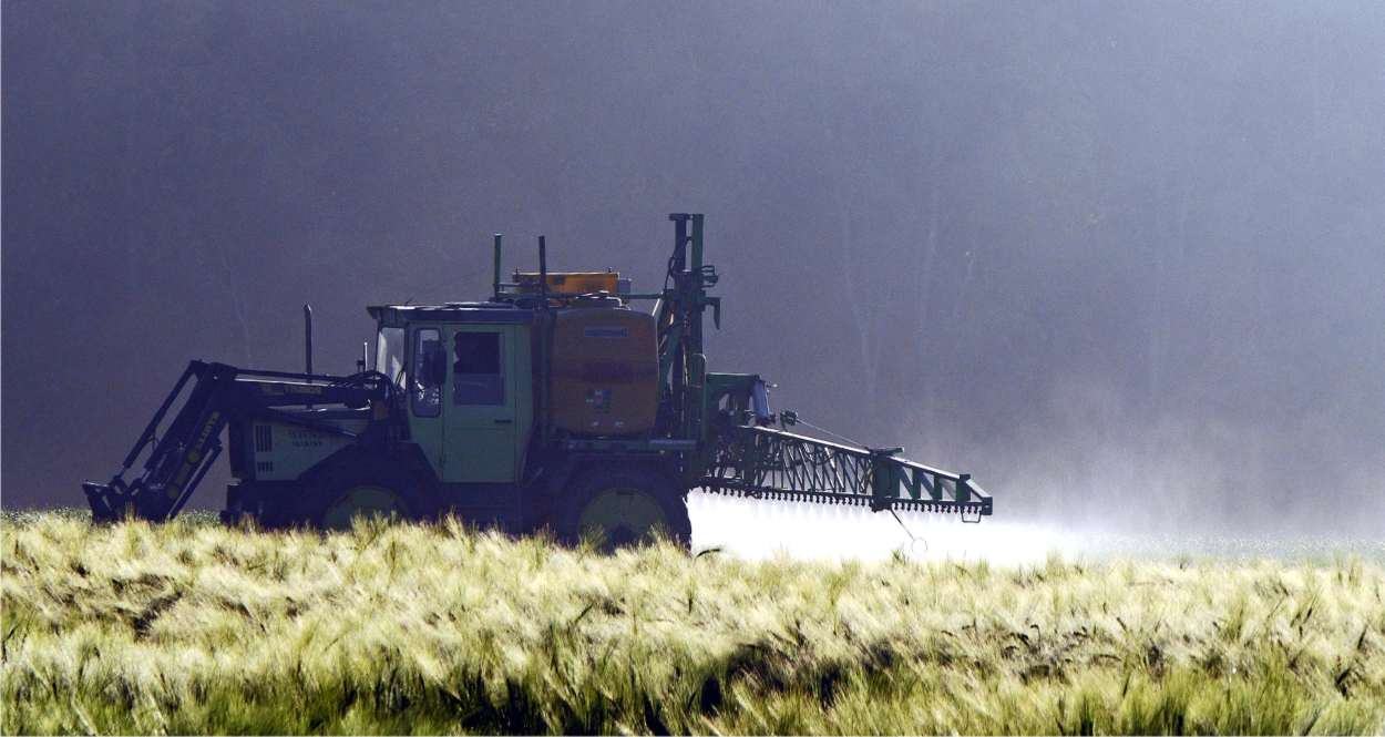 trattamento pesticida nei campi