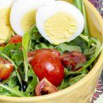 Insalata rucola, pomodorini e uova