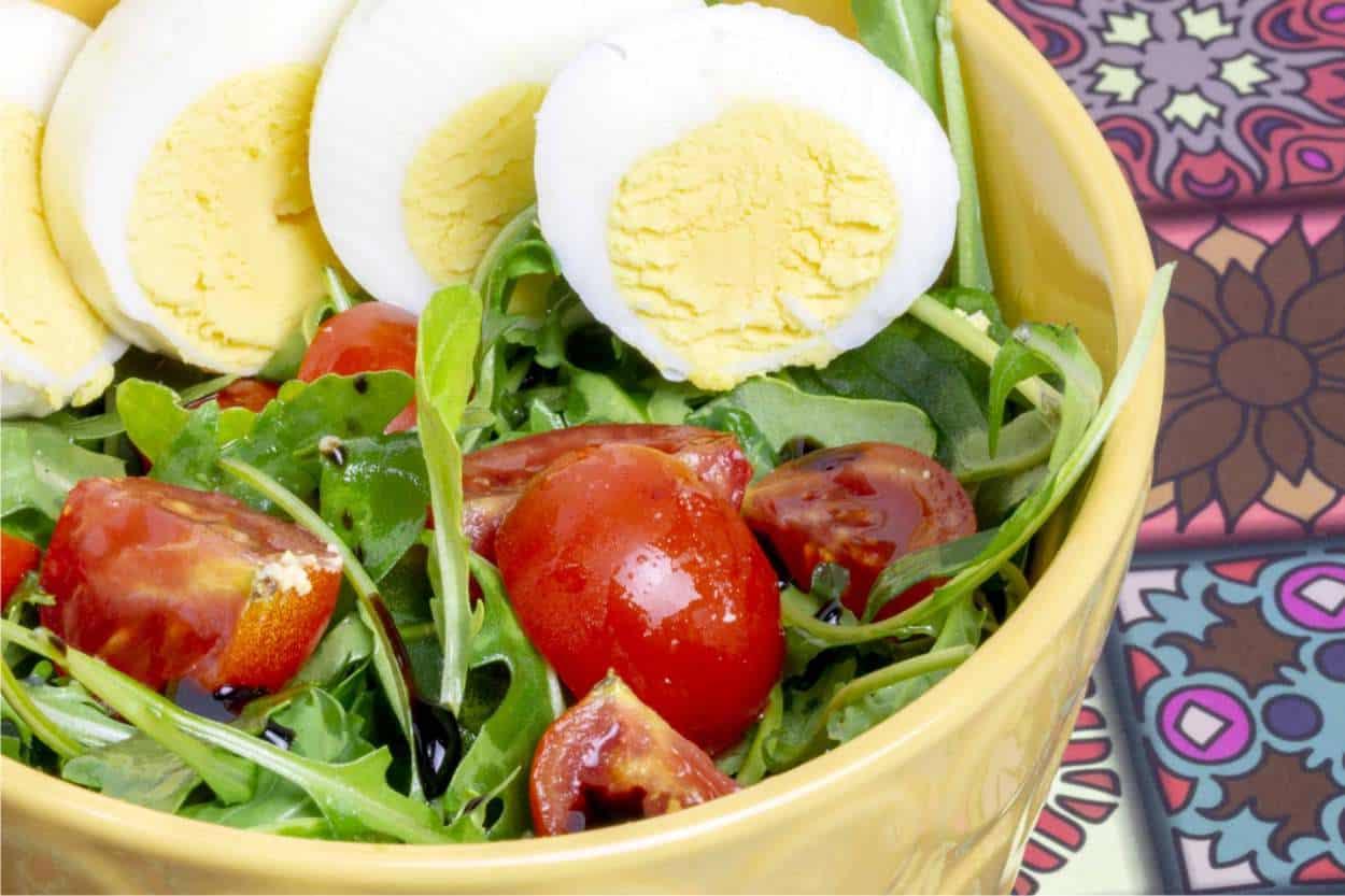 Insalata di rucola, pomodori e uova
