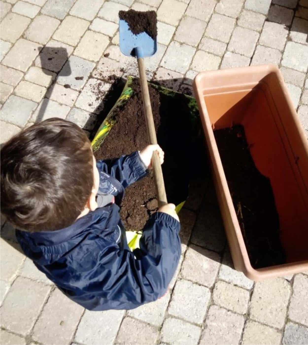 Coltivare l'orto sul balcone con i bambini