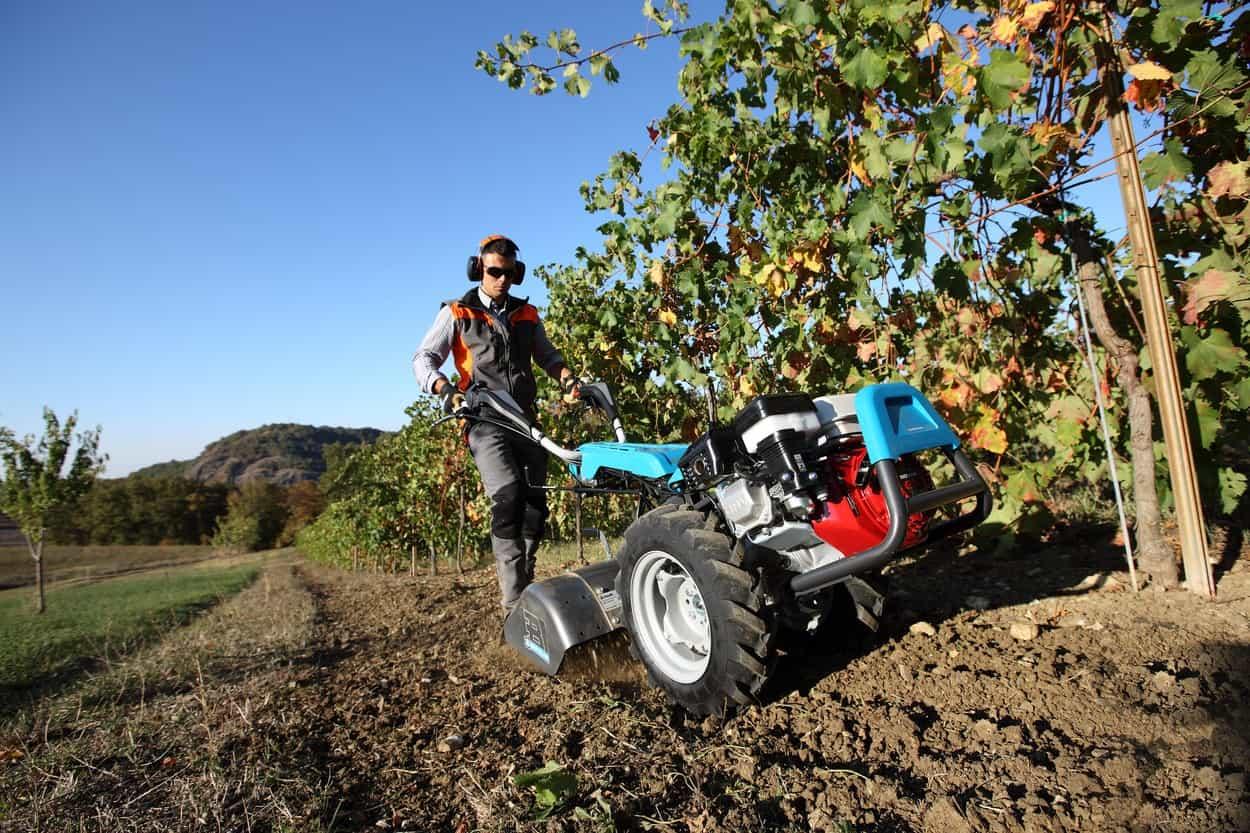 Il motocoltivatore e i suoi accessori: un piccolo trattore per l'orto